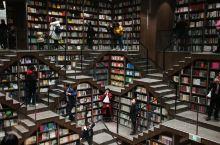 重庆的网红打卡书店钟书阁。
