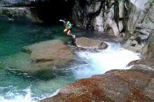 从桂林漓江源头——猫儿山飞流而下的漓源瀑布,俊秀而雄浑,沿途能看到无数清澈见底的水潭,是人们戏水