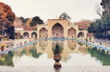 四十柱王宫及其花园  这座王宫是皇城中唯一保存下来的宫殿,在萨法维时期用作享乐宫和接待厅,其设计灵感