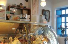 网红冰淇淋 店,味道尚佳,空调很足 在烈日下闲逛,燥热无比,这时来一杯味道正宗的冰淇淋,怎一个爽字了