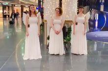在法兰克福机场转机,看到装备天使已经在唱圣诞歌曲,入情的投入,虽然面容都已不是年轻人的状态,但是自然