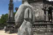 这座风格独特的陵墓,融合了越南和欧洲元素,墓的外部极为宏伟,黑色的混凝土无意间营造出一种哥特气氛,尤