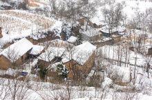 雪浴山村入画来         当大雪为高山披上了银装之时,山村又迎来了自然色彩的另一面。站在河南省