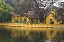 越南胡志明故居 胡志明故居位于巴亭广场旁的主席府内。主席府的主体建筑是一栋由德国人建的法式别墅,颇为