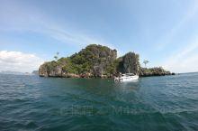 甲米的蚊子岛是这里一座非常有趣的小岛,它的外形从某一个方向看去,就像是海上的一只大蚊子,有着尖尖的嘴