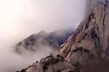 可以和黄山相媲美的天柱山,位于安徽西北的潜山县。花岗岩山体和巨大石蛋造就了天柱山的雄伟和高大。山下是