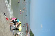 广西防城港市万尾金滩是国家4A级景区,有10公里长的海滩,面积15平方公里,因沙色金黄而得名,集沙细