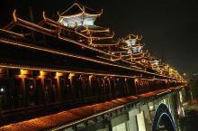 三江风雨桥位于广西柳州三江侗族自治县浔江河上,由钢筋混凝土月牙形单桥拱和集侗族特色木构建筑技艺精华于