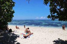 在众多旅游胜地中,塞舌尔群岛是一个令人向往的梦想之地。它位于东部非洲印度洋上,与毛里求斯隔海相望。岛