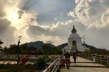 博卡拉—尼泊尔第二大城市,坐落在如翡翠般的费瓦湖畔,依偎着终年积雪的鱼尾峰。这里生活着的人们虽然贫穷