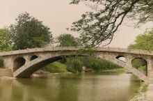赵州桥景区很小,走遍也就半个小时左右。记得我上小学时课本里有赵州桥,建于1300多年前,如今又是几十