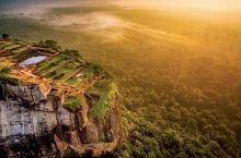 狮子岩之于斯里兰卡,就如同长城之于中国。 初见狮子岩,我实在是难以想象,这里竟曾经耸立着一个王朝。参