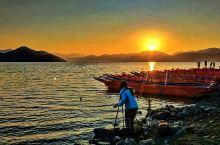 泸沽湖的日出――在洼地和高山看日出是不同的两种意境,几年前的一个清晨,我在丽江大落水村看泸沽湖的日出