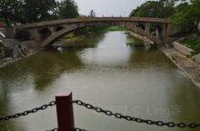 赵县的赵州桥,遇上了下雨天,别有一番景色,这里还有特色的驴肉,可以吃,还有鲜榨梨汁可以喝