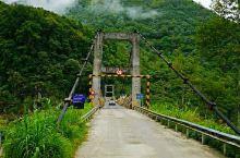 车出墨脱县城,沿雅鲁藏布江畔蜿蜒的盘山公路西行7.8公里,穿过通车不到5年的德兴大桥向东,便到了德兴