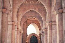 世上有那么多的城镇 城镇有那么多的酒馆 而她却走进了我的  ——卡萨布兰卡  哈桑二世清真寺是游客所