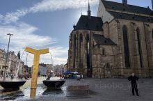 捷克小镇皮尔森,皮尔森啤酒的发源地,很小很紧凑的小镇,教堂和前方的广场就是整个小城的正中心了。广场小