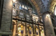 去伦敦的火车,必须在布鲁塞尔转乘,由于到布鲁塞尔的火车晚了半个多小时,结果赶不上去伦敦的火车。到柜台