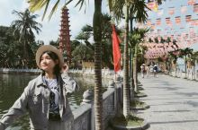 在越南的首都河内也有一个西湖,与杭州西湖同名,湖中小岛上也有一座镇国寺塔,远观略有雷峰塔的景致。这西