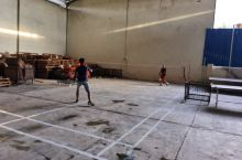 我真的没有想到,一个简单的仓库厂房空间,还可以改造成一个规格标准的羽毛球场,每天可以打几轮,锻炼身体