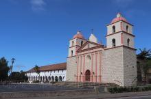 """圣芭芭拉 被称为""""加州海岸上的香格里拉""""!建筑多以楼层低矮,白墙红顶的西班牙风格为主。最出名的景点当"""