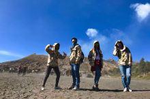 ijen火山—来自火山底的蓝色幽冥火焰 四个人凌晨出发用了半条命征服了Ijen火山 沿火山口而下手脚