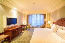 游玩尚湖后,晚上入住的是金海华丽嘉酒店。它位于江南名城常熟中心地段,右边就是常熟最繁华的商业街。是一
