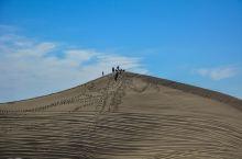 八道桥沙漠是我国第三大沙漠巴丹吉林沙漠的北缘部分。这里有大漠日出的雄浑壮美和夕阳晚霞的绚丽色彩,还有