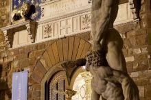 旧宫(Palazzo Vecchio)是意大利佛罗伦萨的市政厅。前门外是米开朗琪罗大卫像的复制品,里