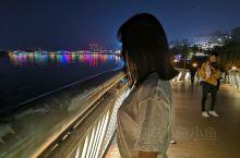 黑暗中最美的是亮处,从而夜景使得感受更为神秘又格外吸引人。夜晚的白河桥上灯光闪烁,河水的反射使得灯光
