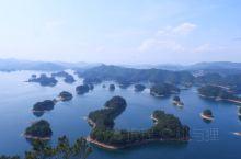 千岛湖,中心湖区最出名,人也最多。推荐东南湖区,人少,据说湖更深,更接近原生态。