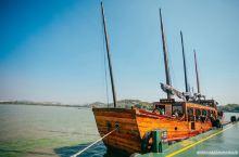 乘七桅古帆船,阅尽太湖美景 搭乘仿古的七桅帆船漫游太湖湖面,才是此时来鼋头渚最应景的玩法。已经记不得