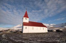 冰岛维克小镇,不仅有神秘的黑沙滩,更有着壮阔的海岸风景。  这里位于冰岛的东南端,人口稀少,却已然是