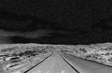 黑夜落下 黎明来临 挤破云层的光芒 脚下的路熠熠生辉 开始,一切都是全新