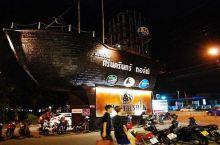 #曼谷排名第一的火车夜市# 讲真,拉差达火车夜市是被中国旅游团和代购捧红的。 几年工夫,从一个郊区商