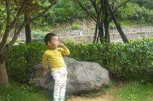 青山绿水映宝贝,天真可爱讨人喜。
