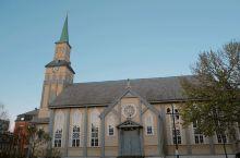 开看看挪威最大的木教堂吧  城市地标 来到特罗姆瑟这座安静的小镇,漫步于街头,突然被一个高高的绿色尖