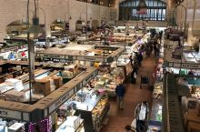 热闹集市      今天起了一个大早,我们便来到了克利夫兰的一个市场准备采购一些食材回家做好吃的,由