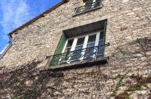 吉维尼小镇因莫奈而闻名于世,1883年,莫奈离开巴黎,搬到了吉维尼。莫奈在吉维尼购置了大宅和庭院,开