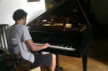 住在法国波尔多的民宿,回家时房东正在弹钢琴,录了一小段,琴声很美不忍打扰。