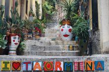 """听说中餐厅3去的是陶尔米纳~这个西西里岛的东岸度假地光盘山巴士就值得坐三次,半山腰弯道俯瞰""""爱心沙滩"""