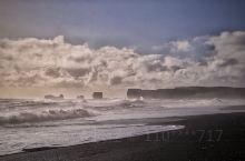 黑沙滩上有咆哮呐喊的滔天海浪 夹带着一边太阳一边细雨的奇观 美爆了