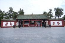 据统计,现在全球约有3万多座关帝庙,但始建年代最早的数洛阳关林庙了,这里是埋葬三国时蜀将关羽首级之地