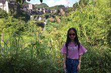 挂在瀑布上的千年古镇~ 在张家界的最后一天,要玩得开心点~ 来到最后一个景点芙蓉镇,总觉得心里有点沉