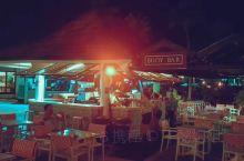 夜晚的PiC buoy bar  唱欧美歌的调皮美女  点了一杯 blue hawaii  听邻桌的