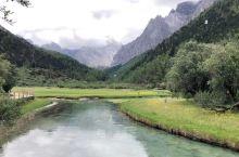 7月的稻城亚丁披上了绿装,群山被云雾缭绕,人间仙境。