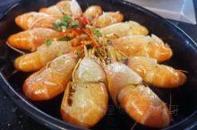 在屏东林边附近的水月轩 自产的罗式虾 超级好吃 特别推荐柠檬虾 营业时间下午三点开始 人潮超级多