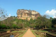 狮子岩是斯里兰卡的著名景点。 这个岩石远远望去像是一只威武凶猛的狮子,所以被称为狮子岩。它一直隐藏在