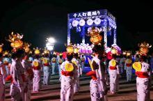 节目最后,千人灯笼女们和观众,都面向山鹿市神社,向神祈求,家人安康幸福快乐!