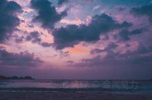 九月清晨的马来西亚东海岸的日出,在微风的轻抚下,跃出蔚蓝的大海,让晨光照亮,一夜沉睡的热浪岛